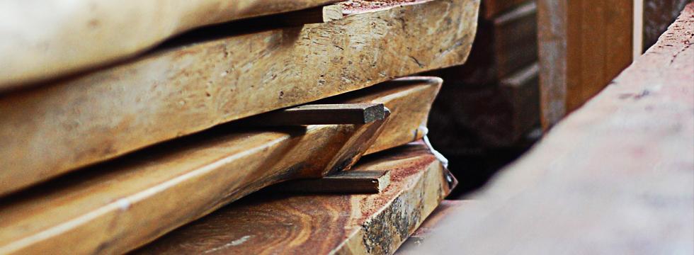 Hochwertiges Mobiliar aus Arkazie, Teak, Treibholz und recyceltem Bootsholz